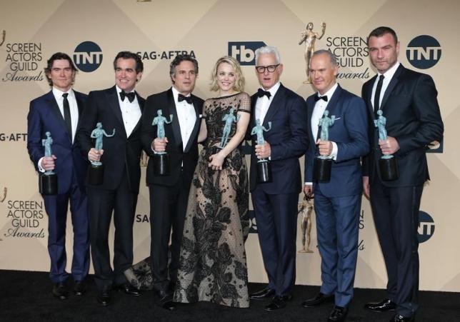 1月30日、米アカデミー賞の前哨戦の1つ、米映画俳優組合員賞(SAG賞)の授賞式が開催され、映画部門では「スポットライト 世紀のスクープ」(日本公開4月15日)が、最高賞のキャスト賞に選ばれた。写真は同作品の出演者ら。(2016年 ロイター/Mike Blake)